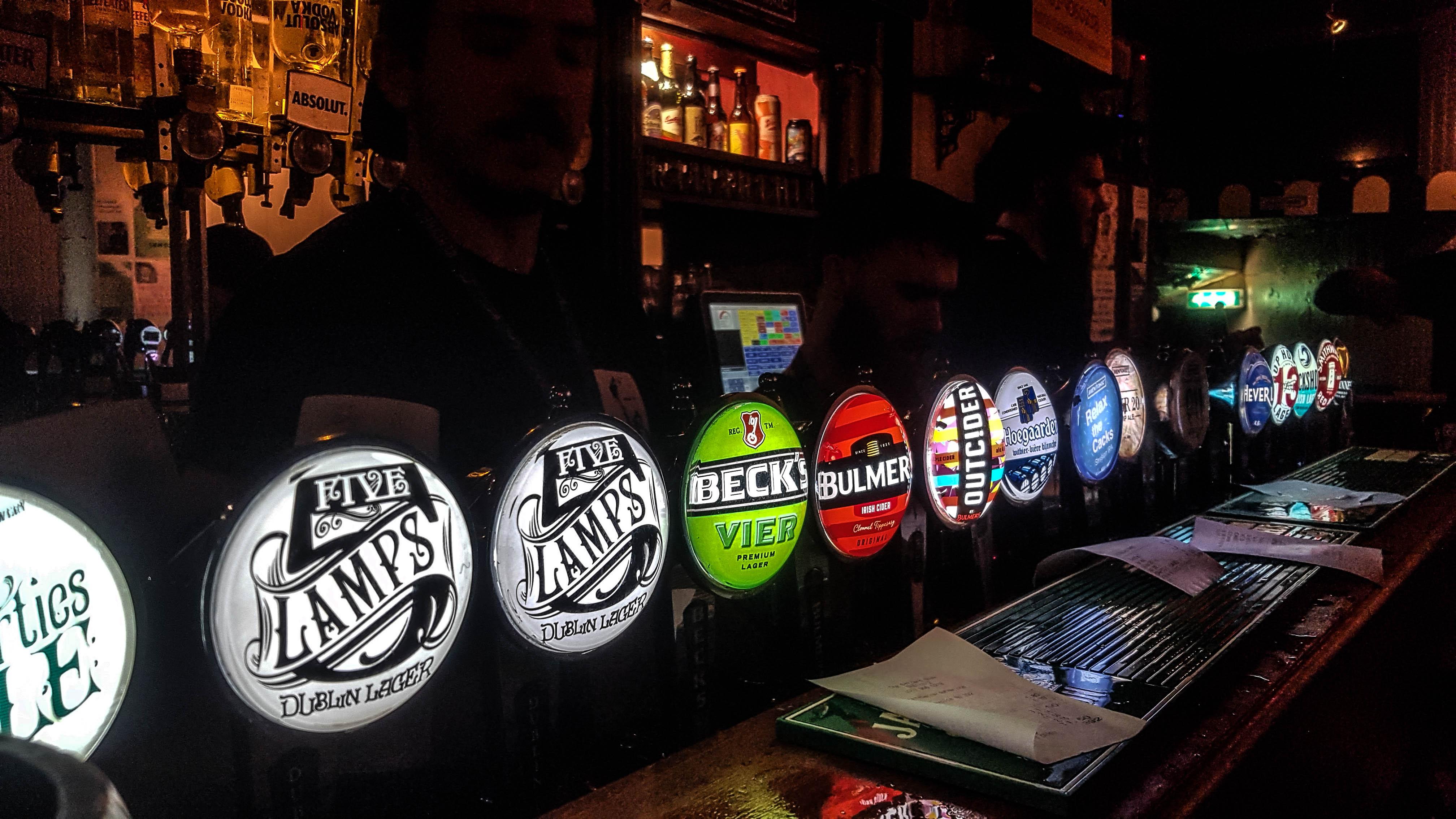 Tiradores de cerveza en The Bernard Shaw, Dublín, Irlanda