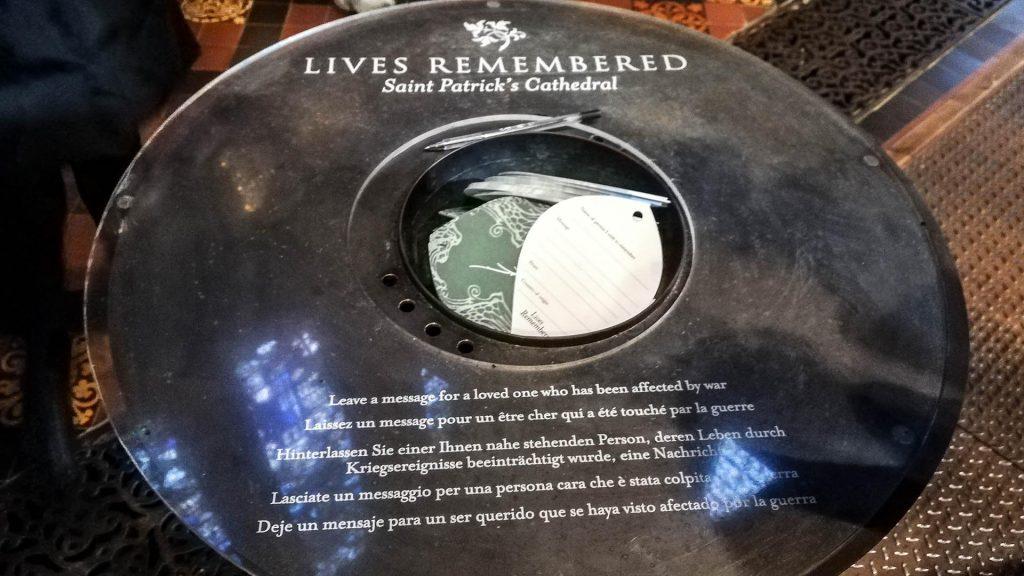 Hojas para colgar un mensaje en el Árbol del Recuerdo