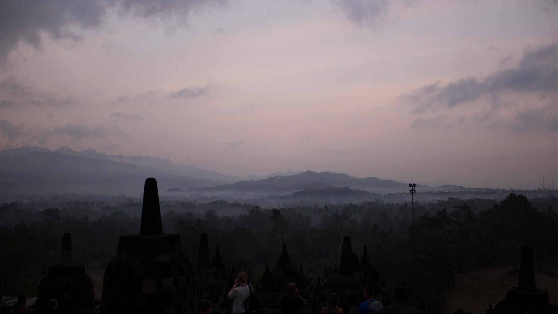 Comienza a amanecer en Borobudur