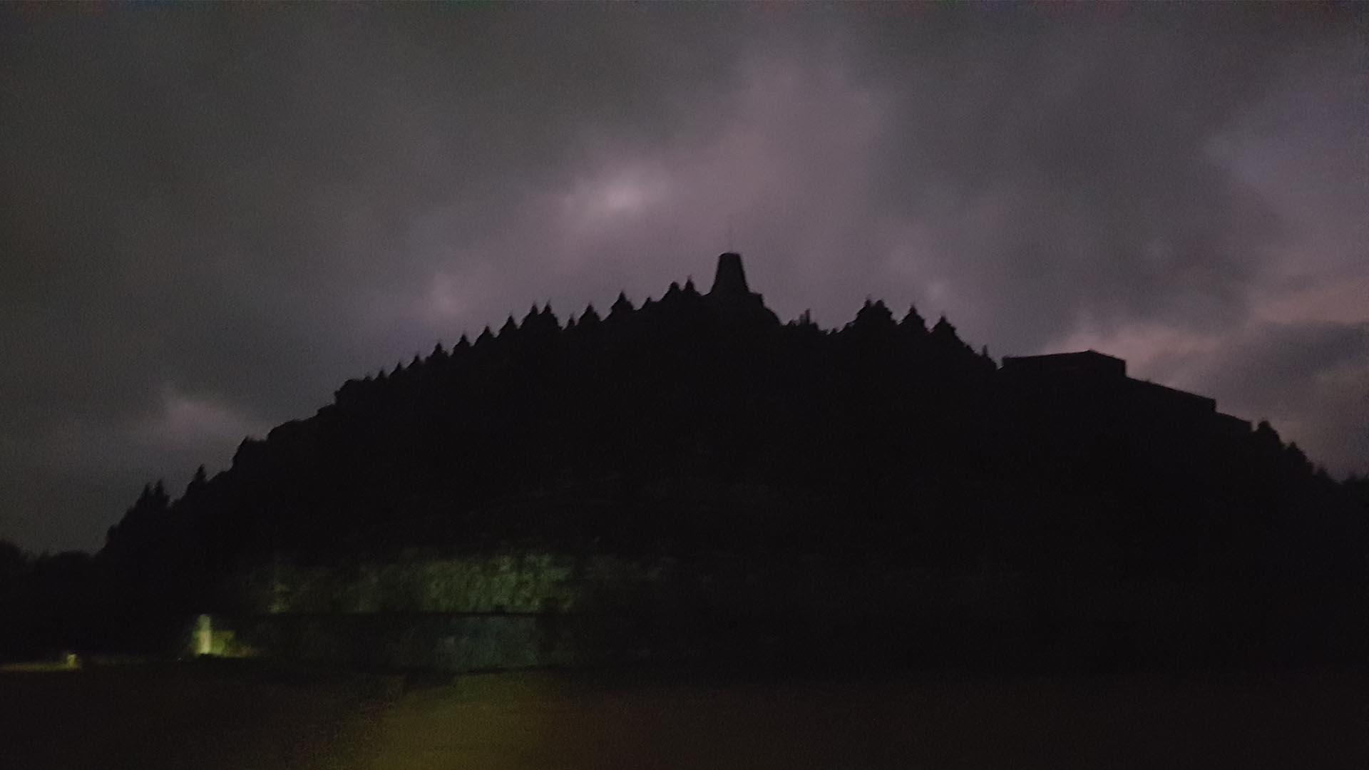 Silueta del Templo Borobudur en la oscuridad