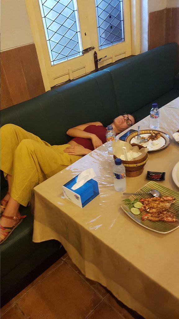 Yo muriéndome en un restaurante de Semarang