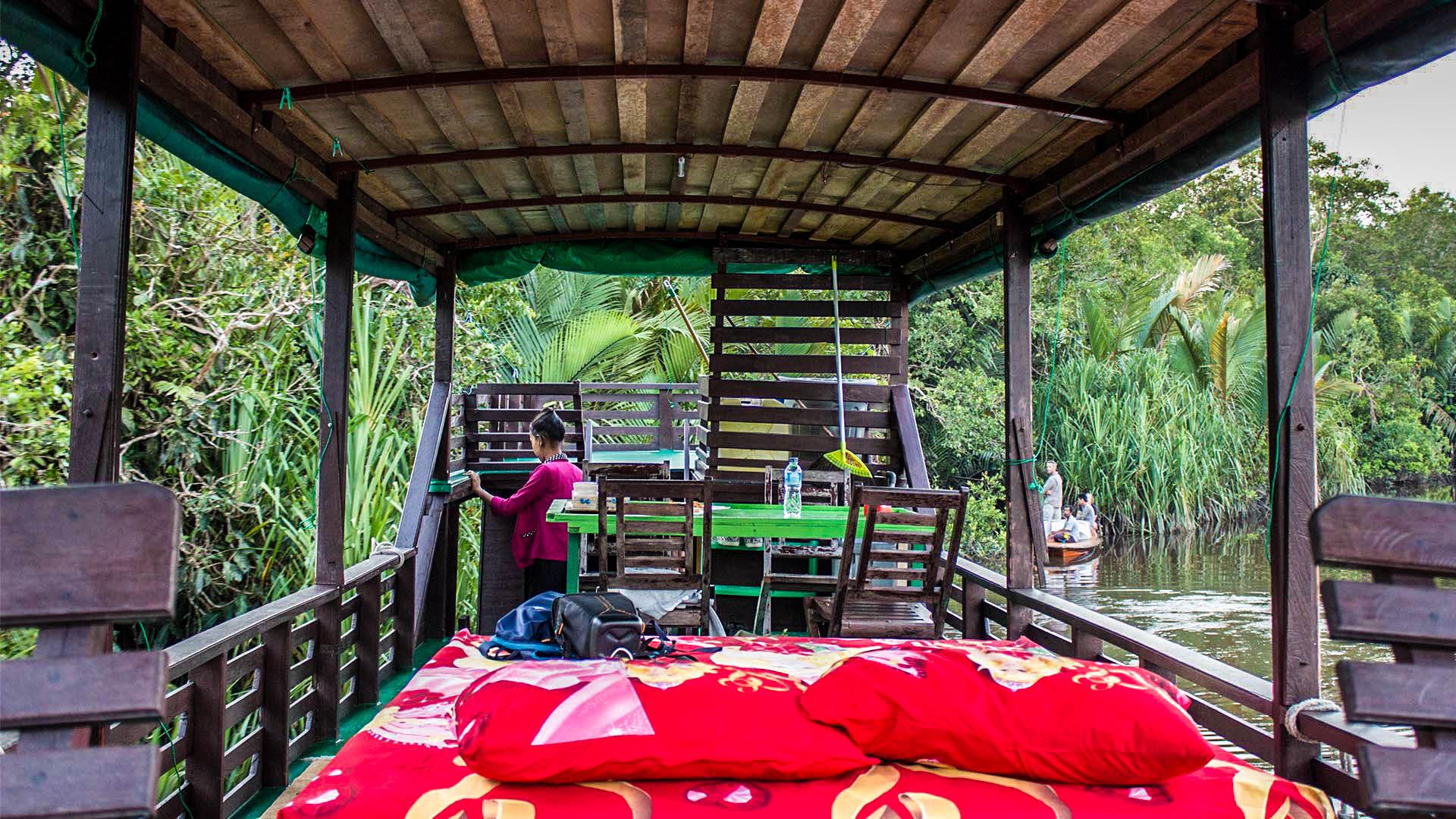 Nuestro klotok en la selva de Borneo