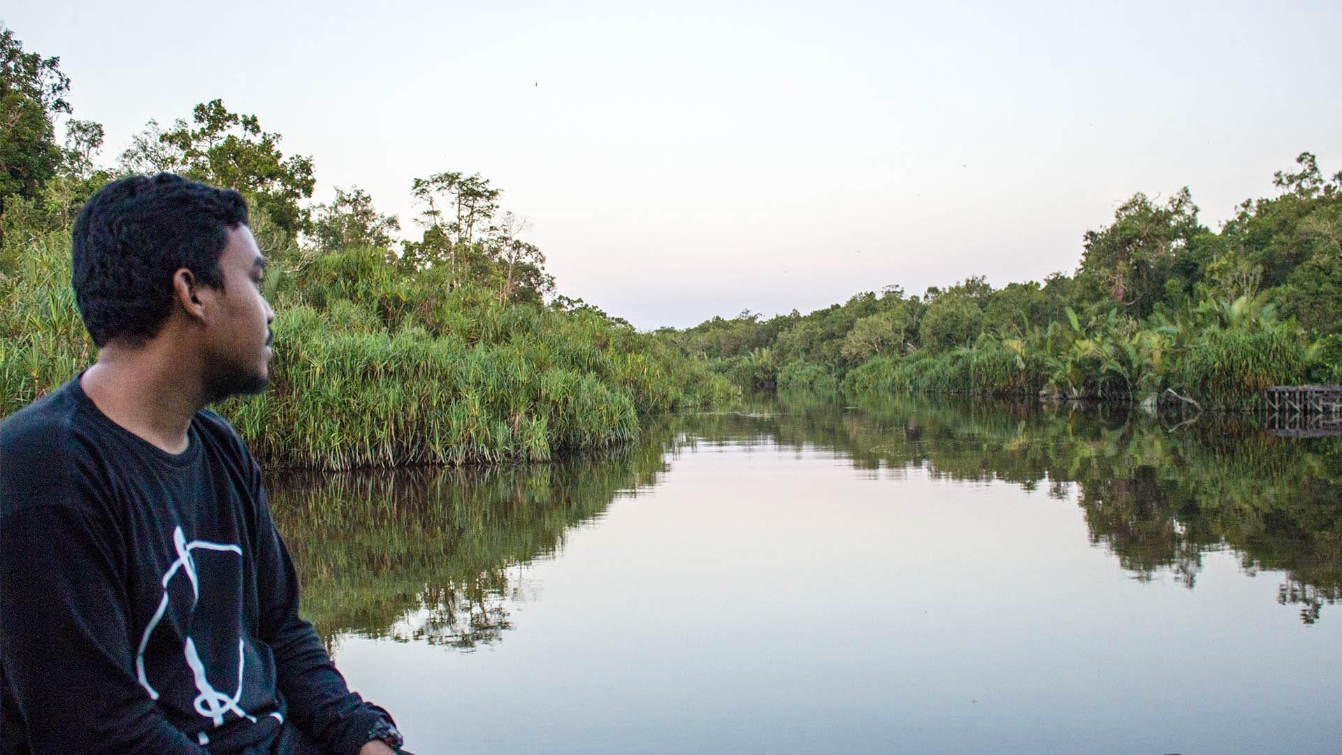Nuestro guía Río navegando en el klotok en Borneo