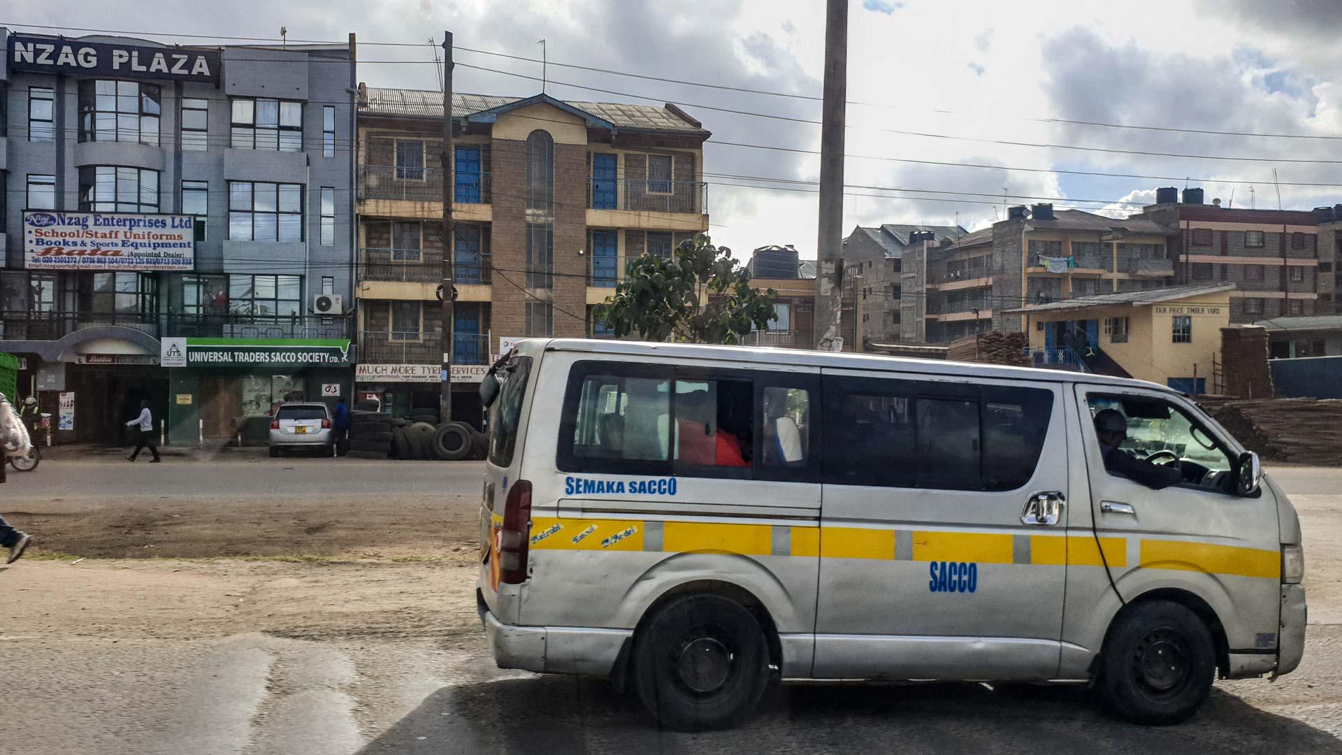 Matatu (autobús) a las afueras de Nairobi, Kenia
