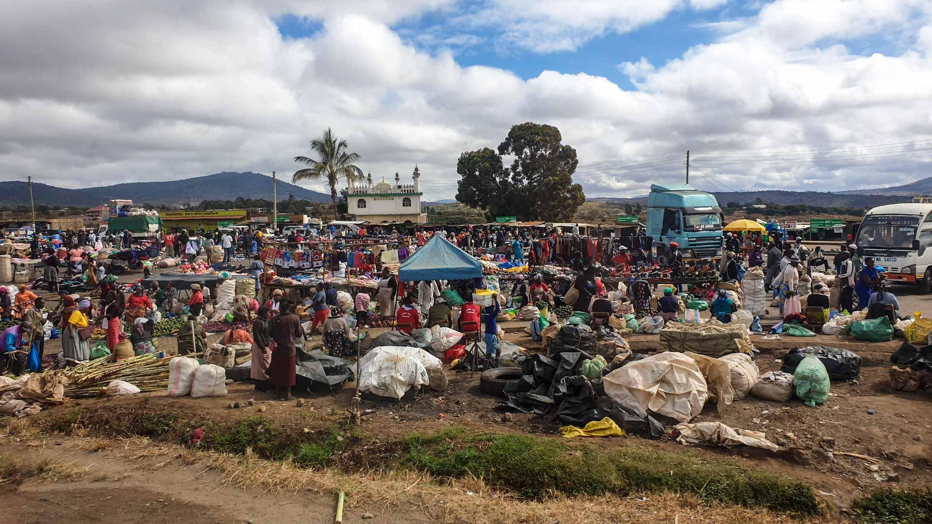Mercado en la carretera entre Nairobi y Amboseli, Kenia