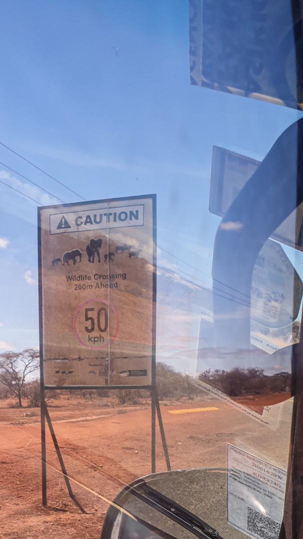 Señal de tráfico de límite de velocidad por zonas con vida salvaje, Kenia
