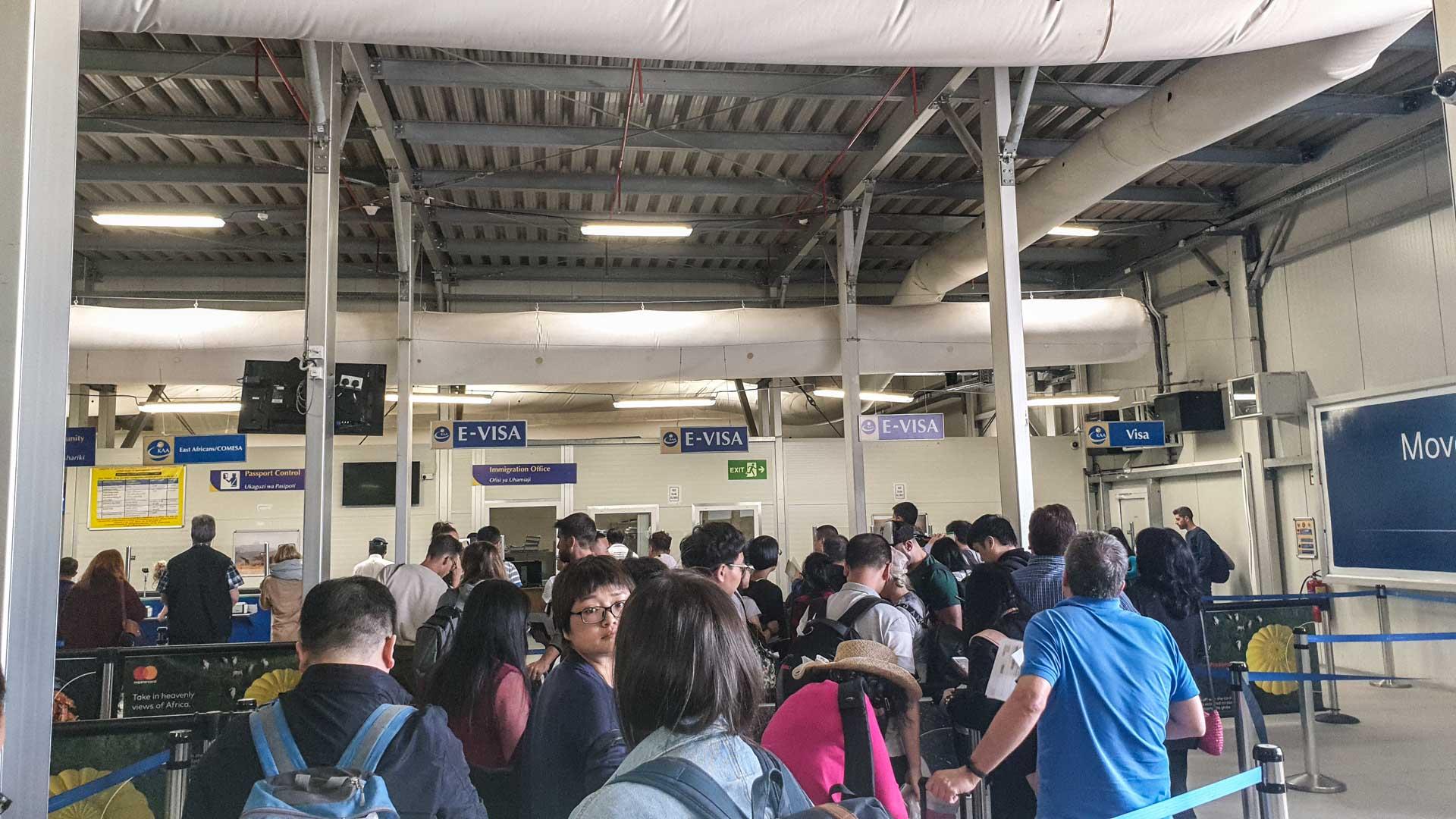 Haciendo cola en el Aeropuerto de Nairobi para presentar la E-Visa