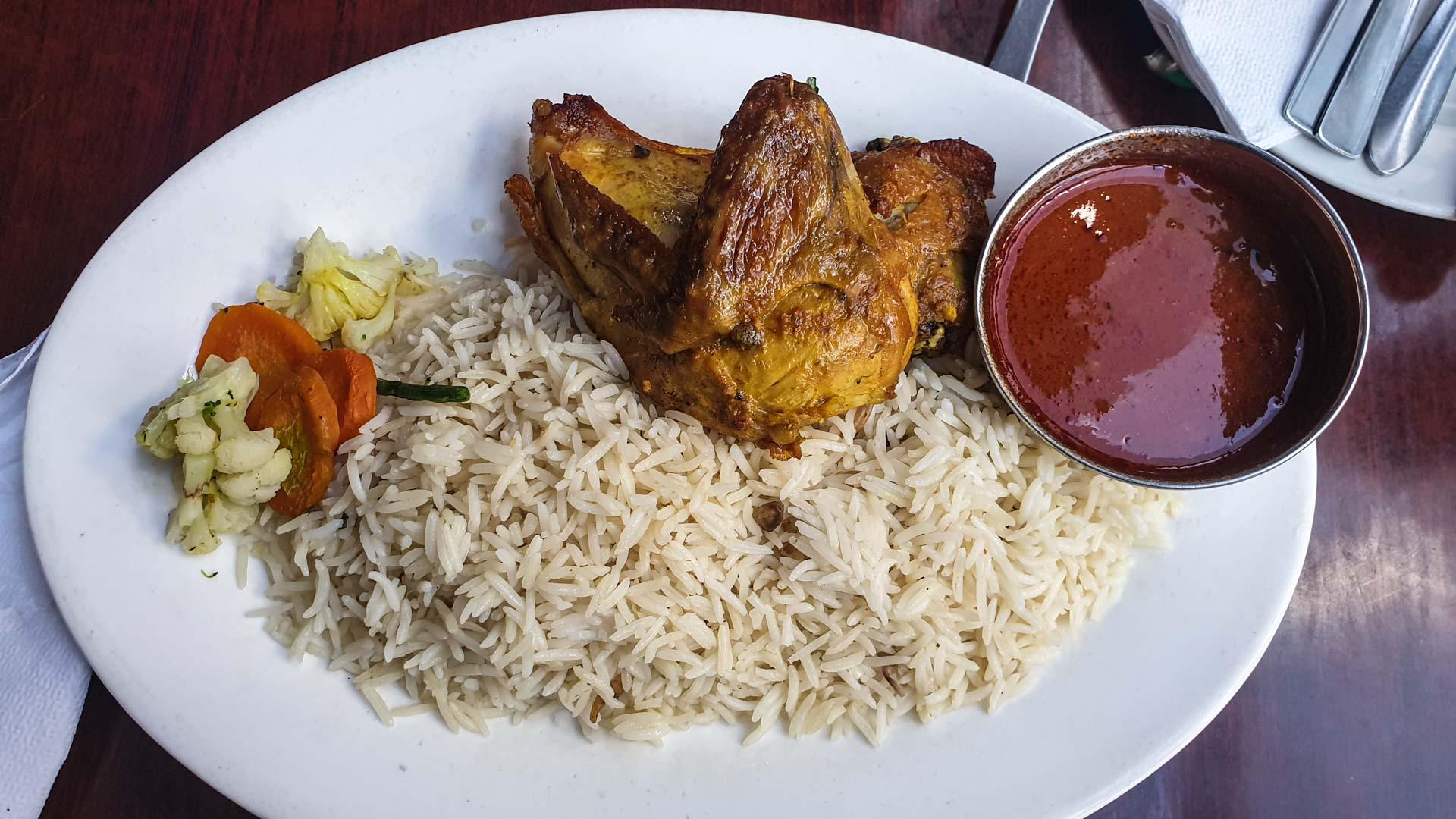Mi plato, pollo con arroz y canela, Restaurante Kilimanjaro Jamia, Nairobi, Kenia
