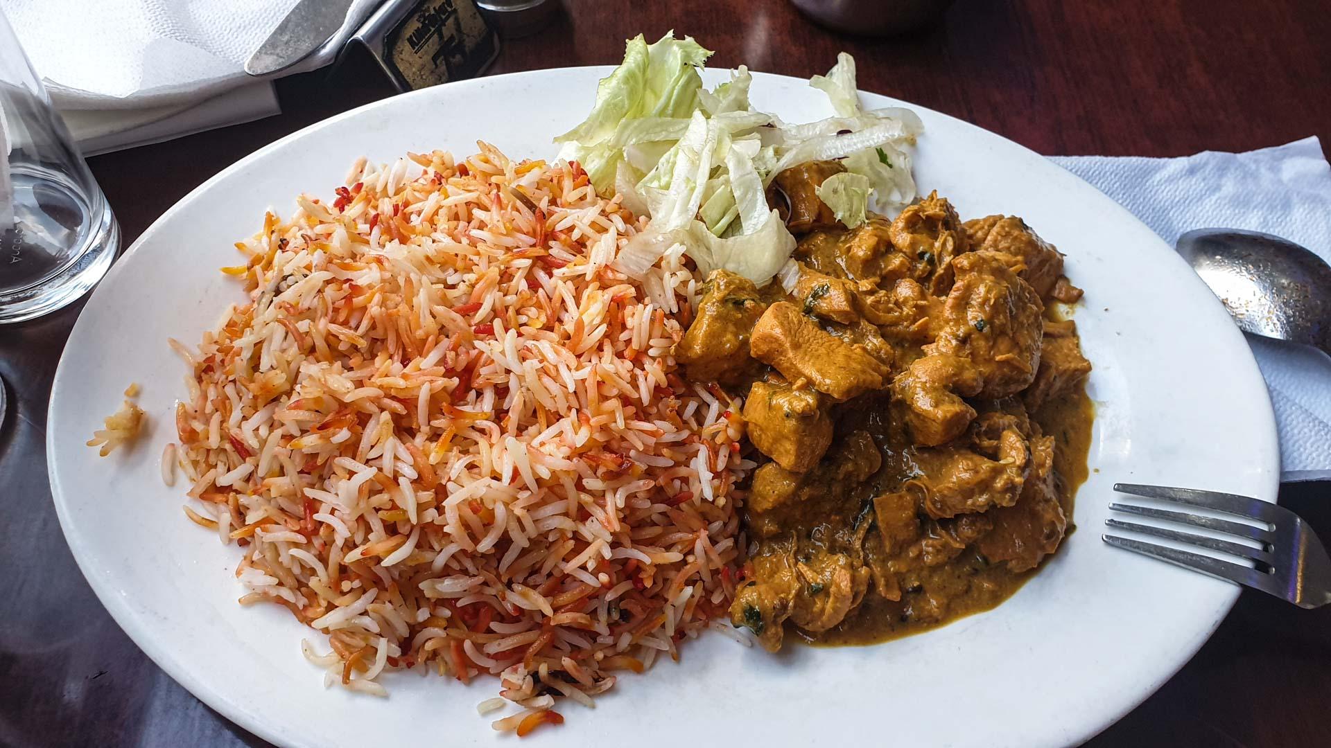 Plato de Beni, pollo al curry con arroz, Restaurante Kilimanjaro Jamia, Nairobi, Kenia