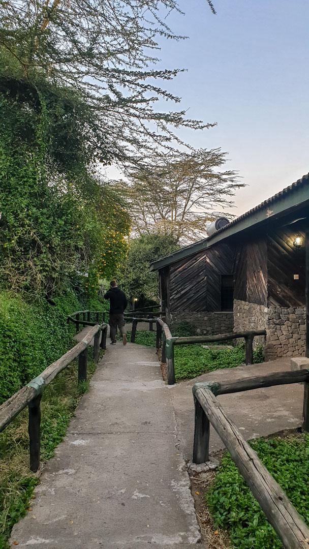 Camino hacia nuestro bungalow en Lake Nakuru Lodge