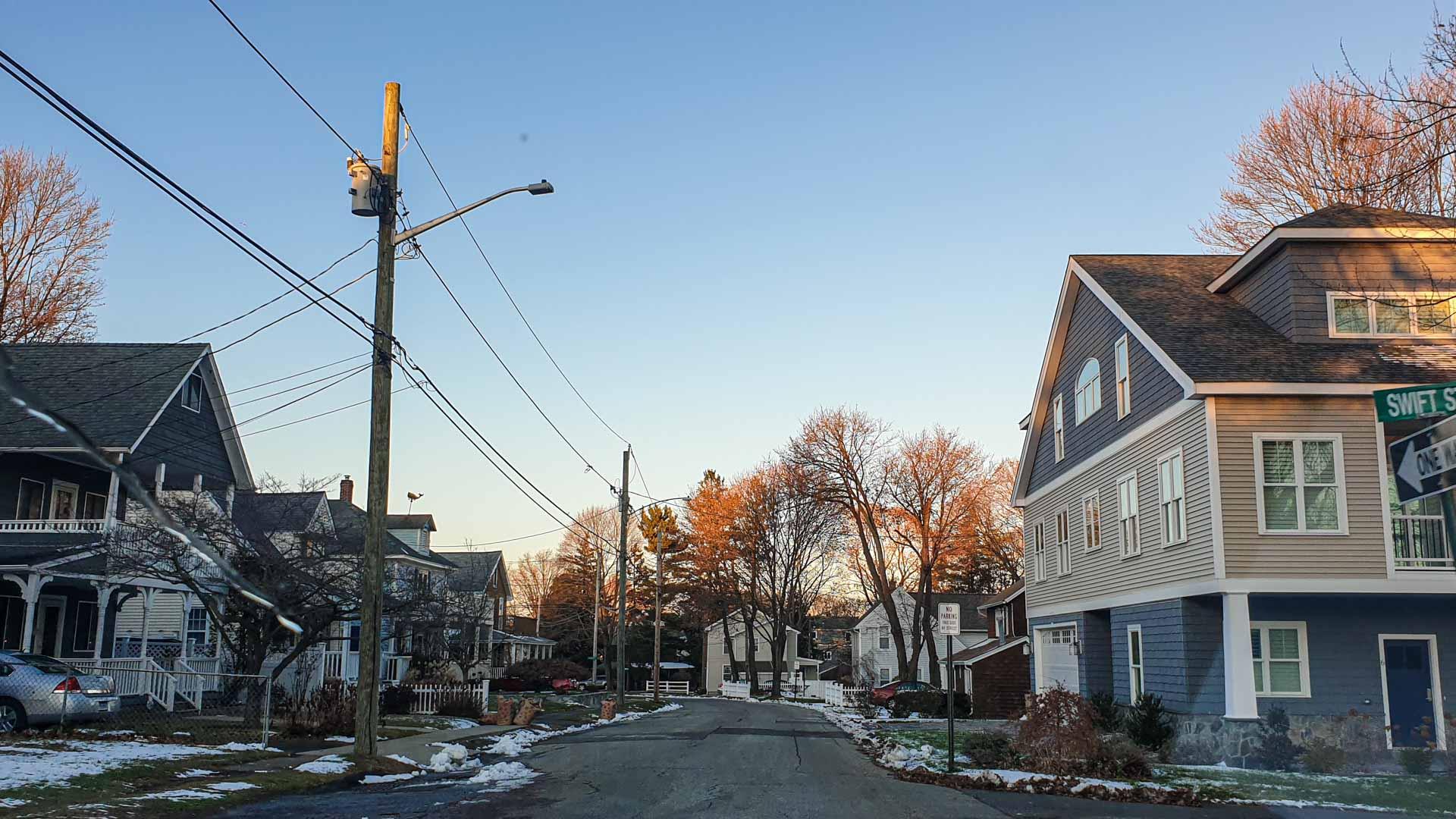Strada da un quartiere residenziale a Milford, Connecticut