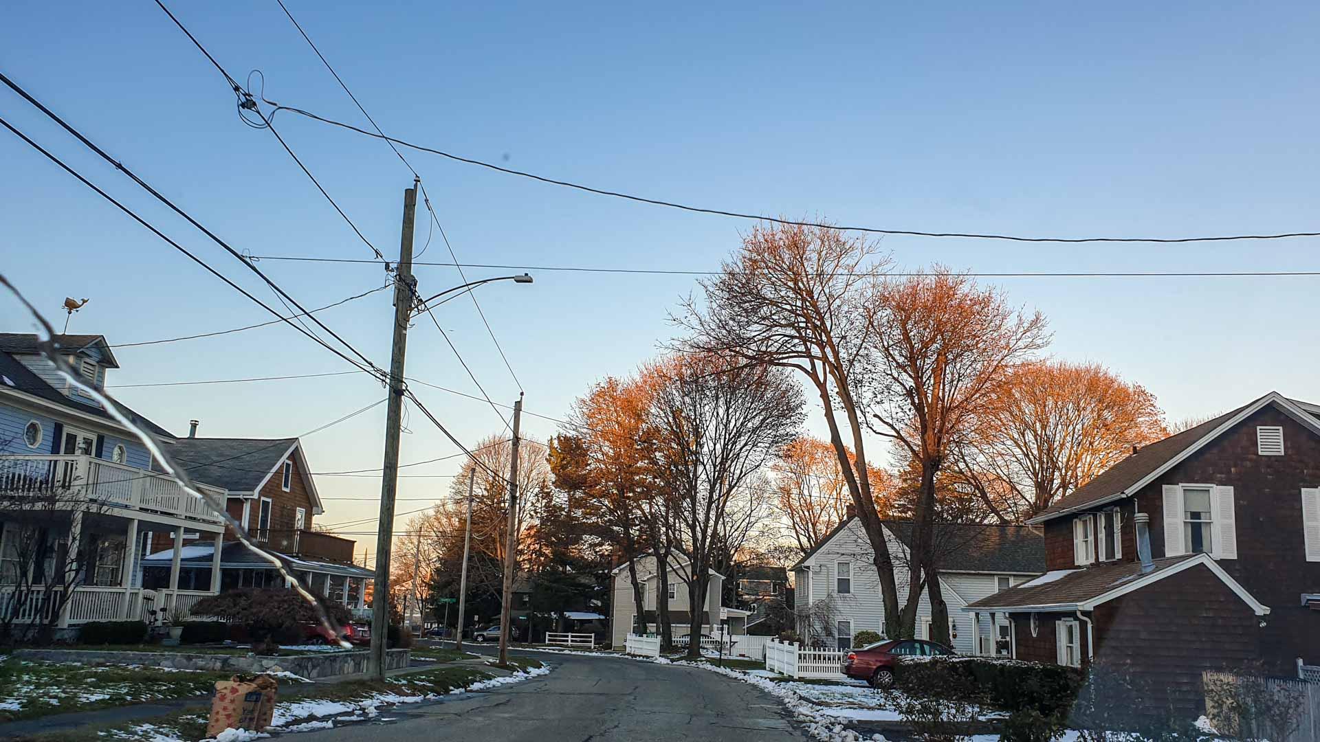 rúa desde un barrio residencial en Milford, Connecticut