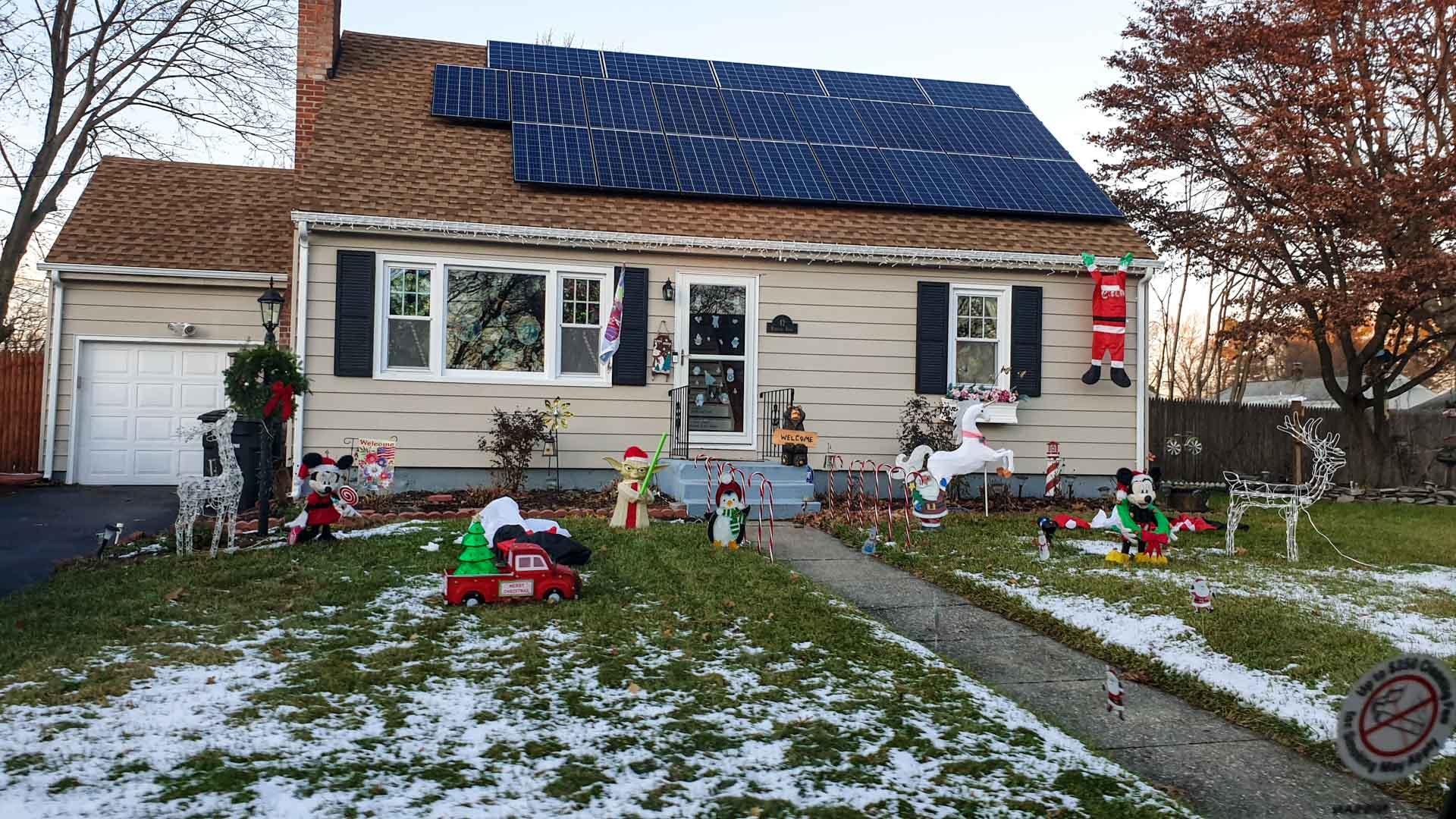 Casa con decoración navideña en Milford, Connecticut
