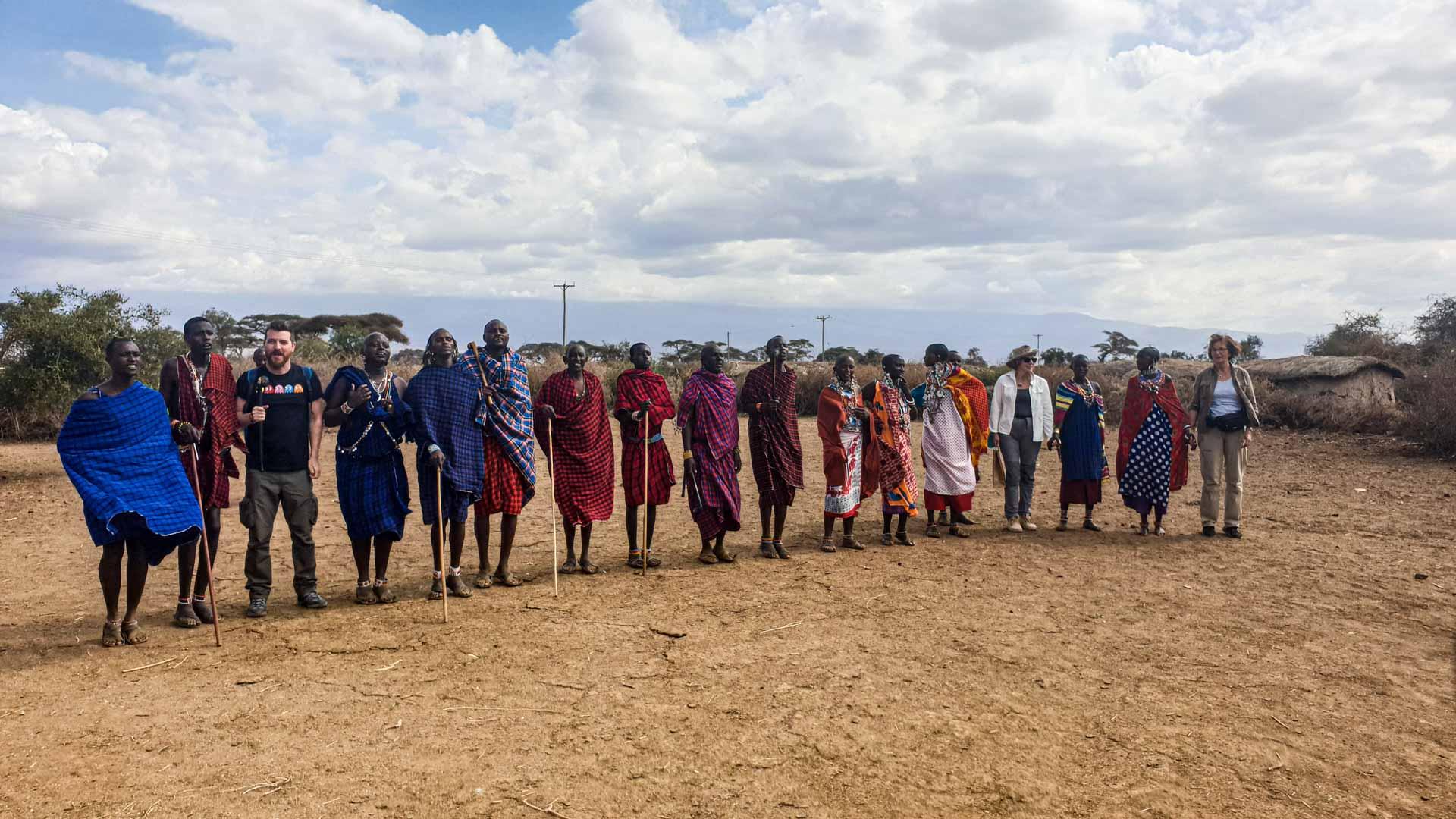 Los Masais nos hacen su típico baile para darnos la bienvenida