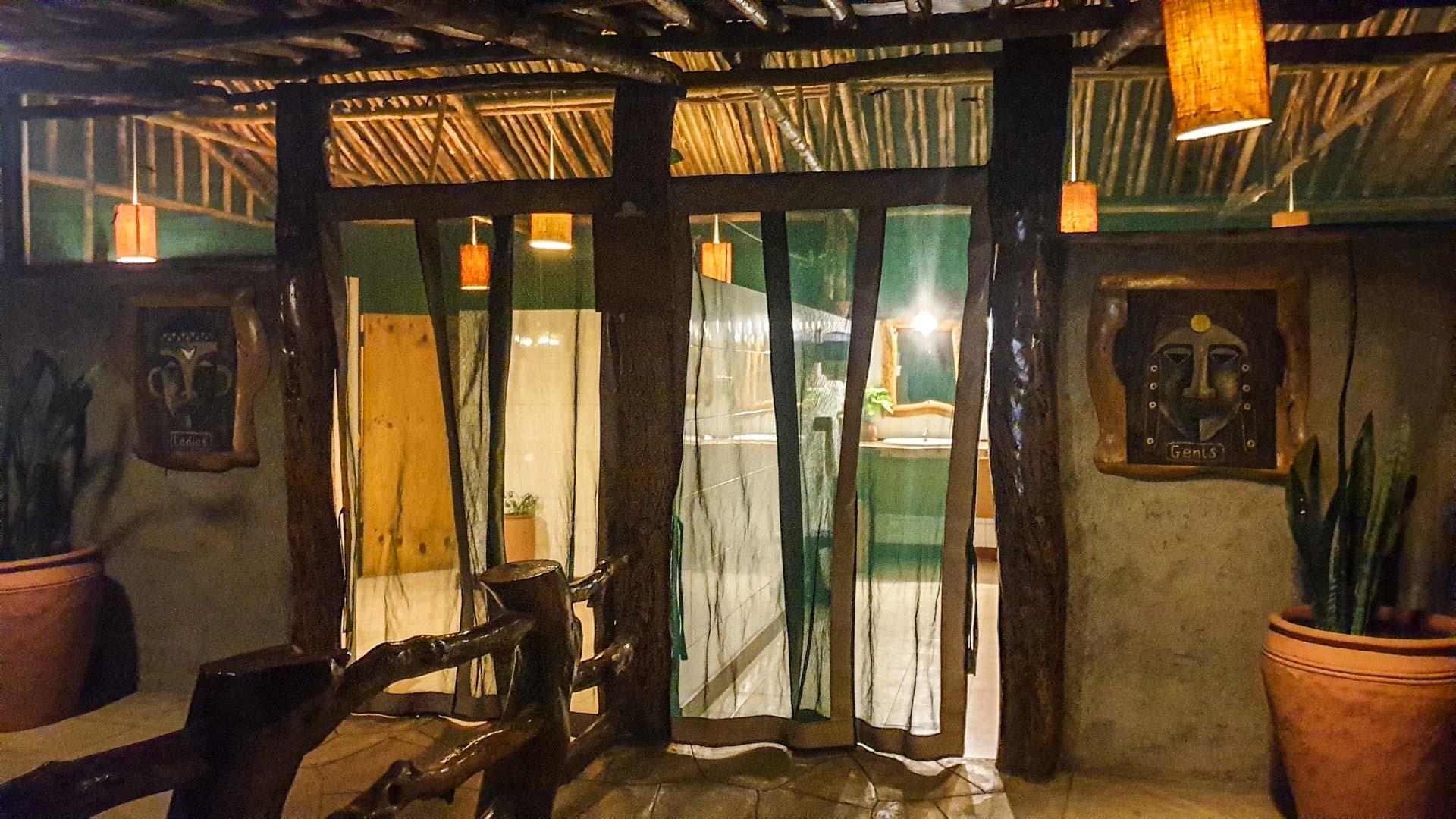 Baños del restaurante de nuestro alojamiento Kibo Safari Camp en Amboseli, Kenia