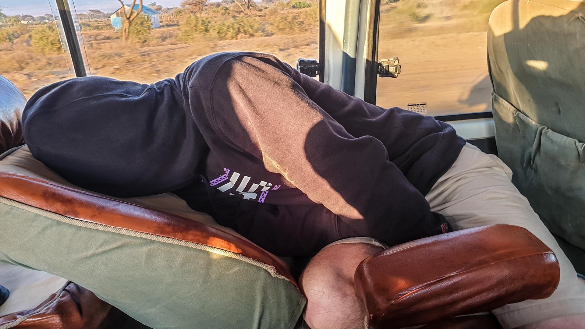 Beni haciendo de la niña del exorcista en el trayecto de Amboseli a Lago Nakuru