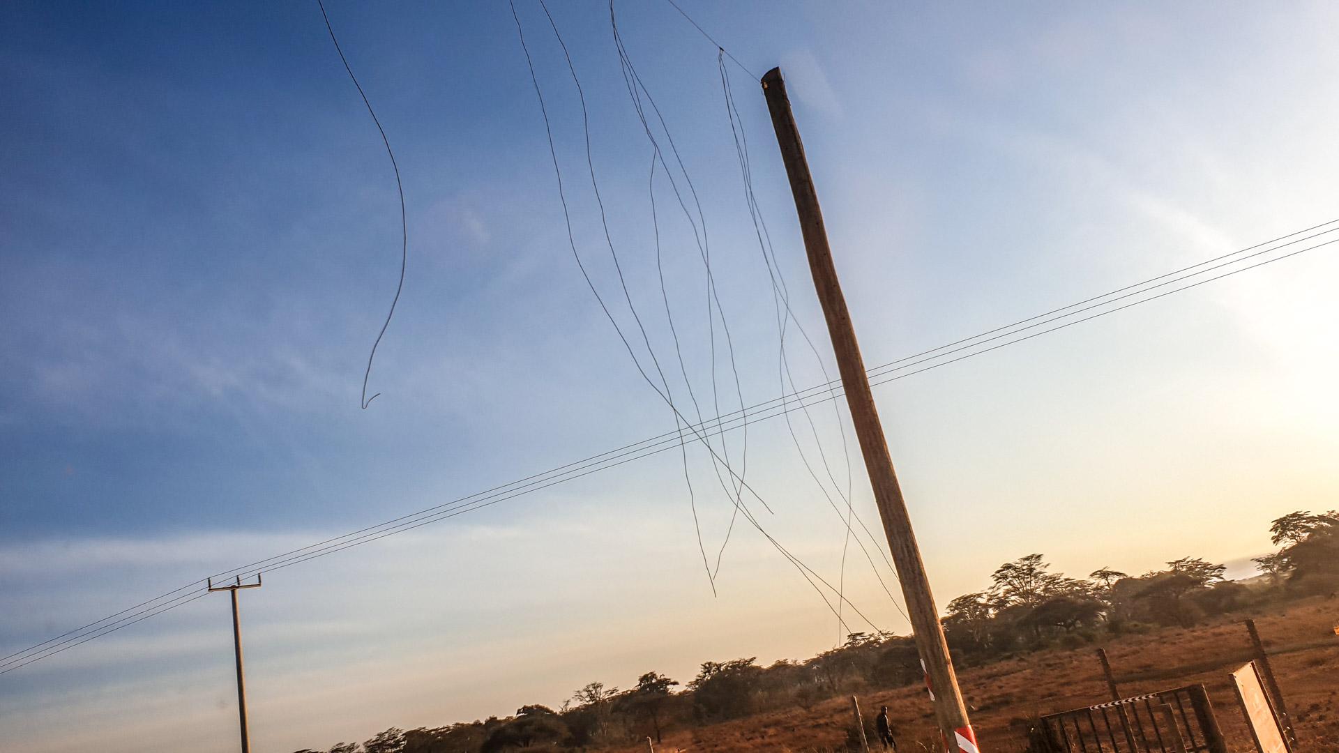 Alambres para evitar que los elefantes caminen por las carreteras, Kenia