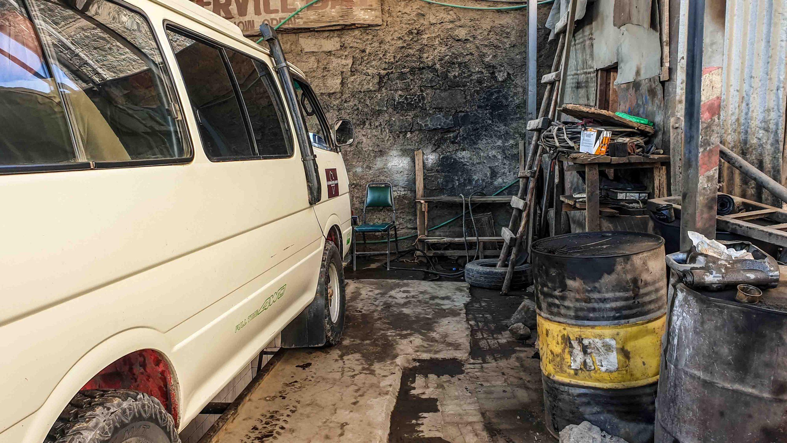Nuestra minivan un taller en algún pueblo de Kenia
