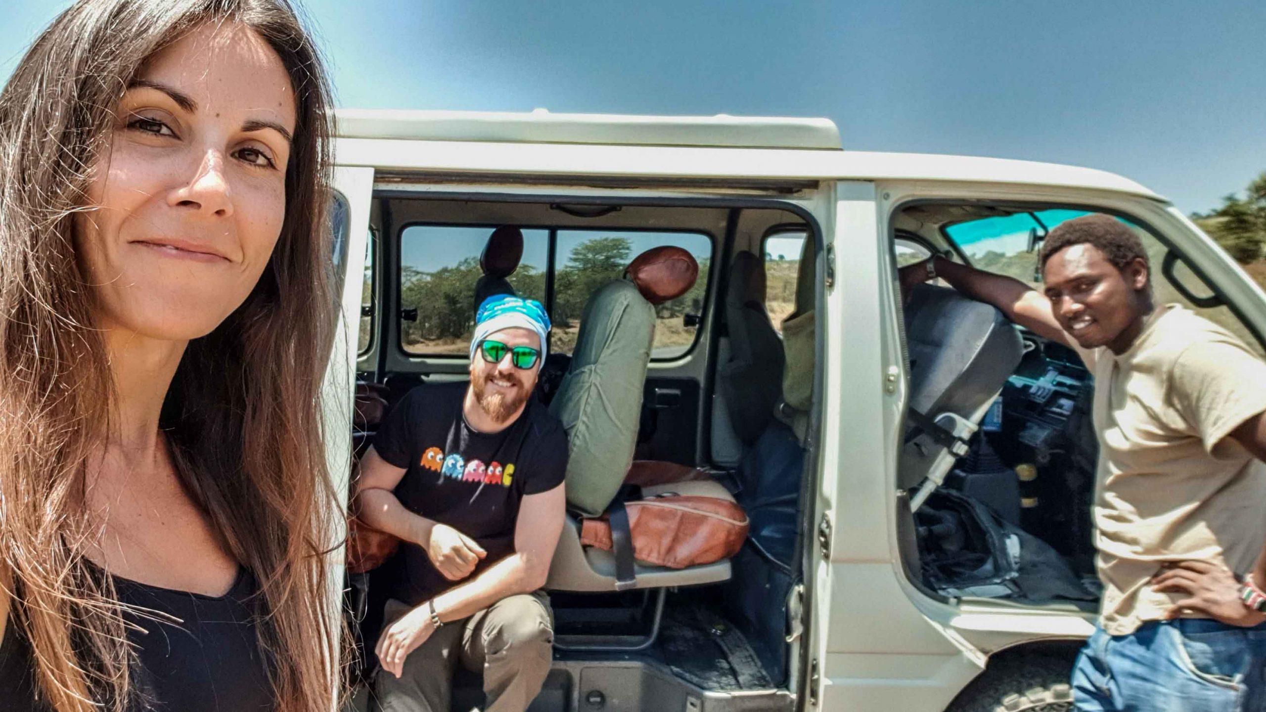 Minivan averiada en alguna carretera de Kenia. ¡Positivismo ante todo!