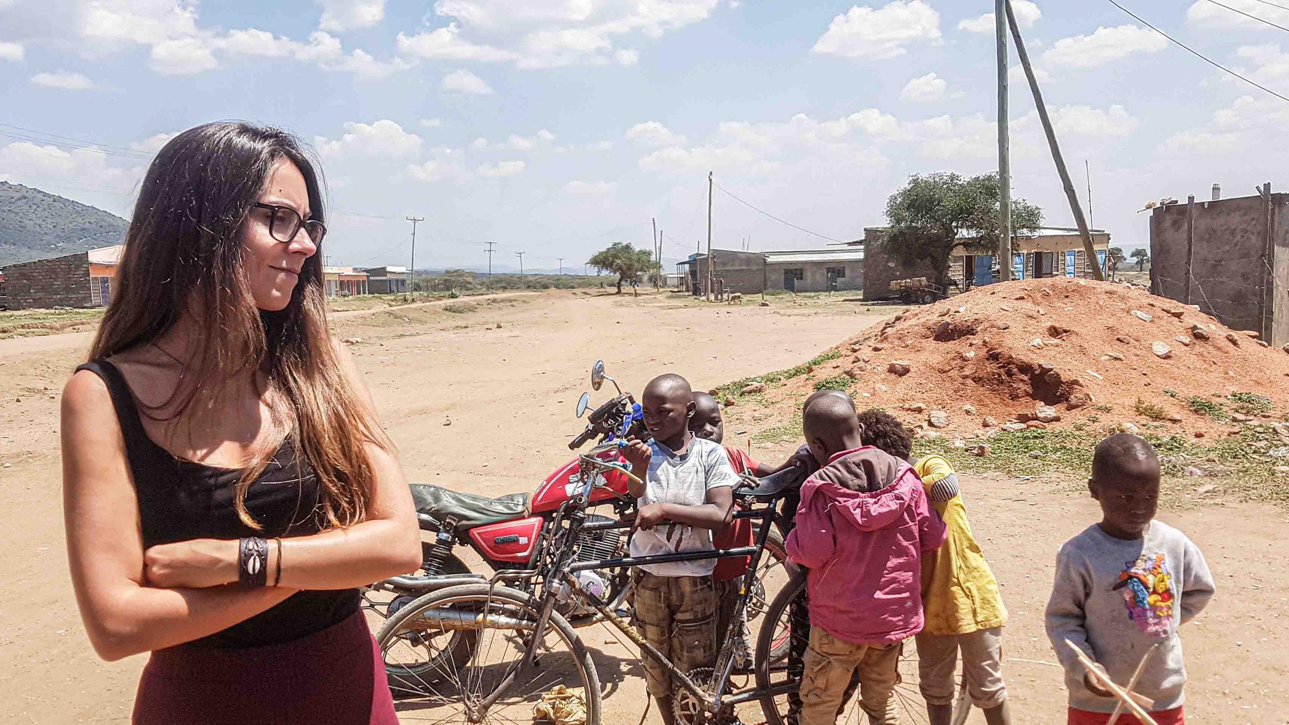 Un grupo de niños en un pueblo de Kenia
