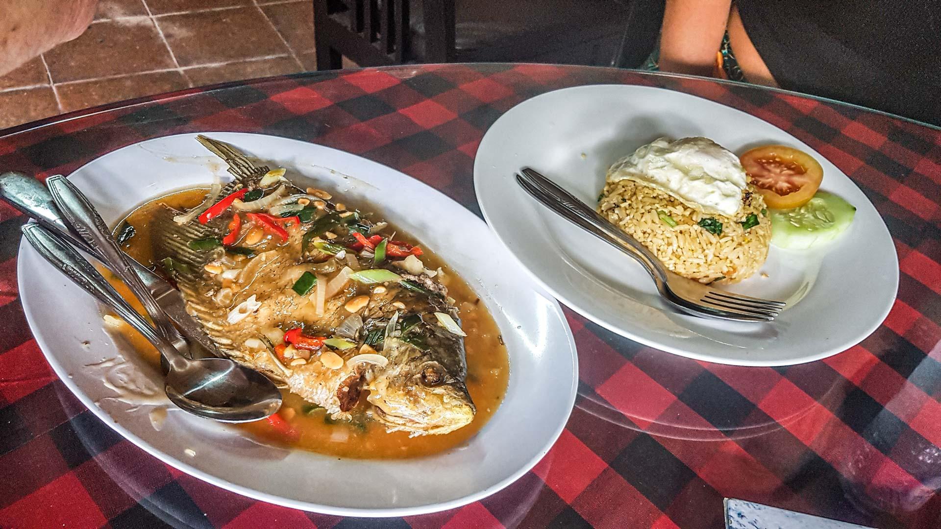 Restaurante dentro del templo Tirta Empul, Bali, Indonesia