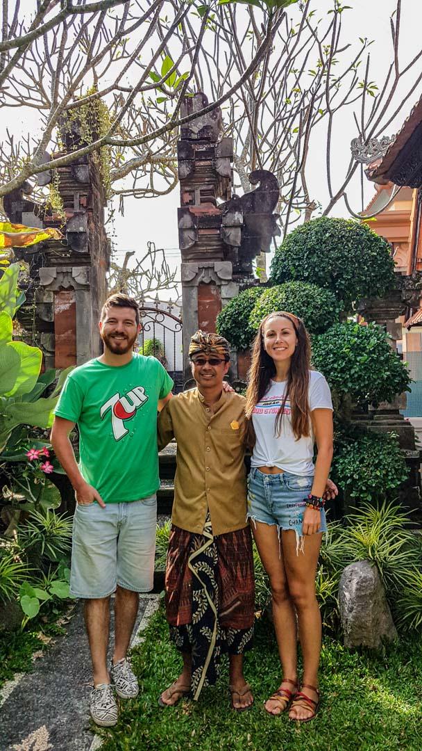 El dueño de nuestro alojamiento con la ropa típica balinesa, Bali, Indonesia