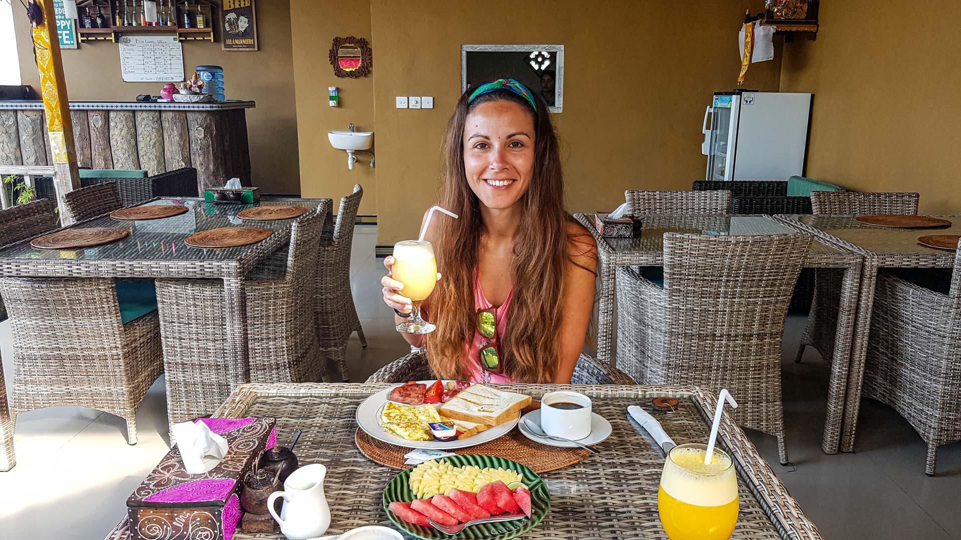 Desayuno en nuestro alojamiento en Nusa Ceningan, Indonesia