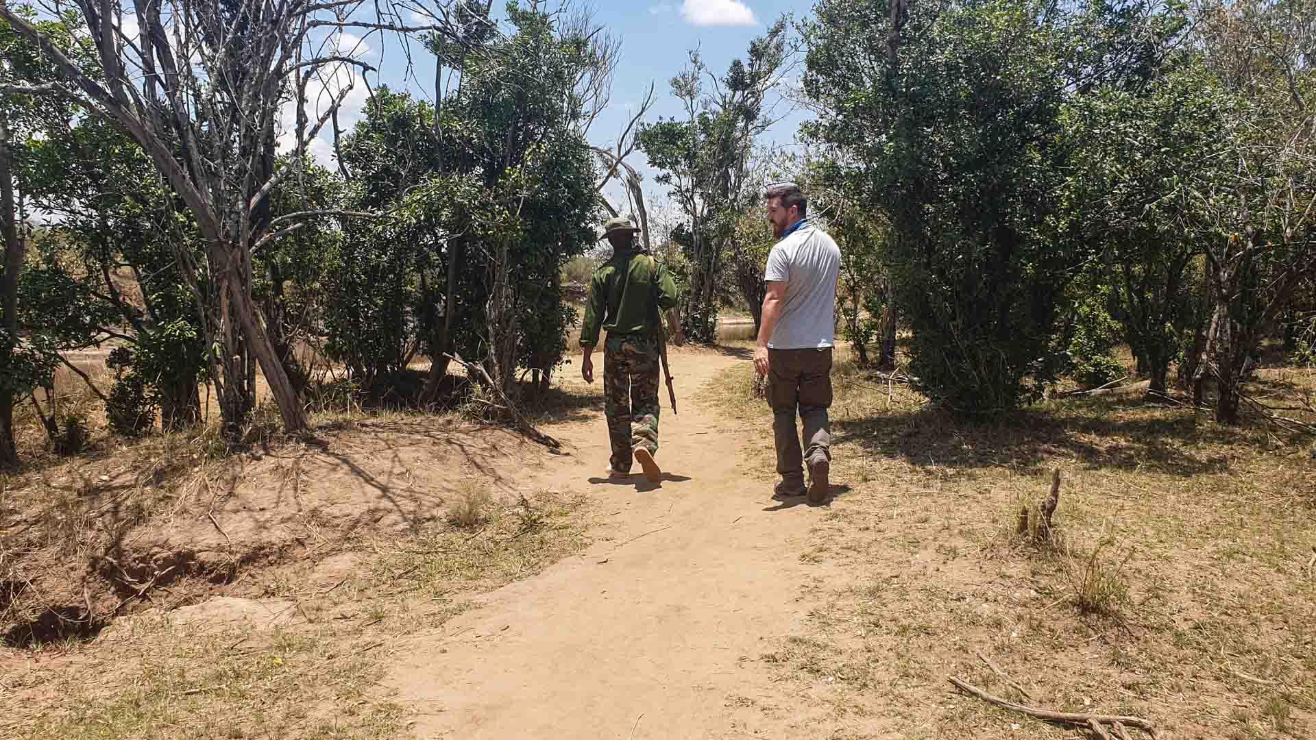 Ranger haciéndonos de guía por el río Mara, Masai Mara, Kenia