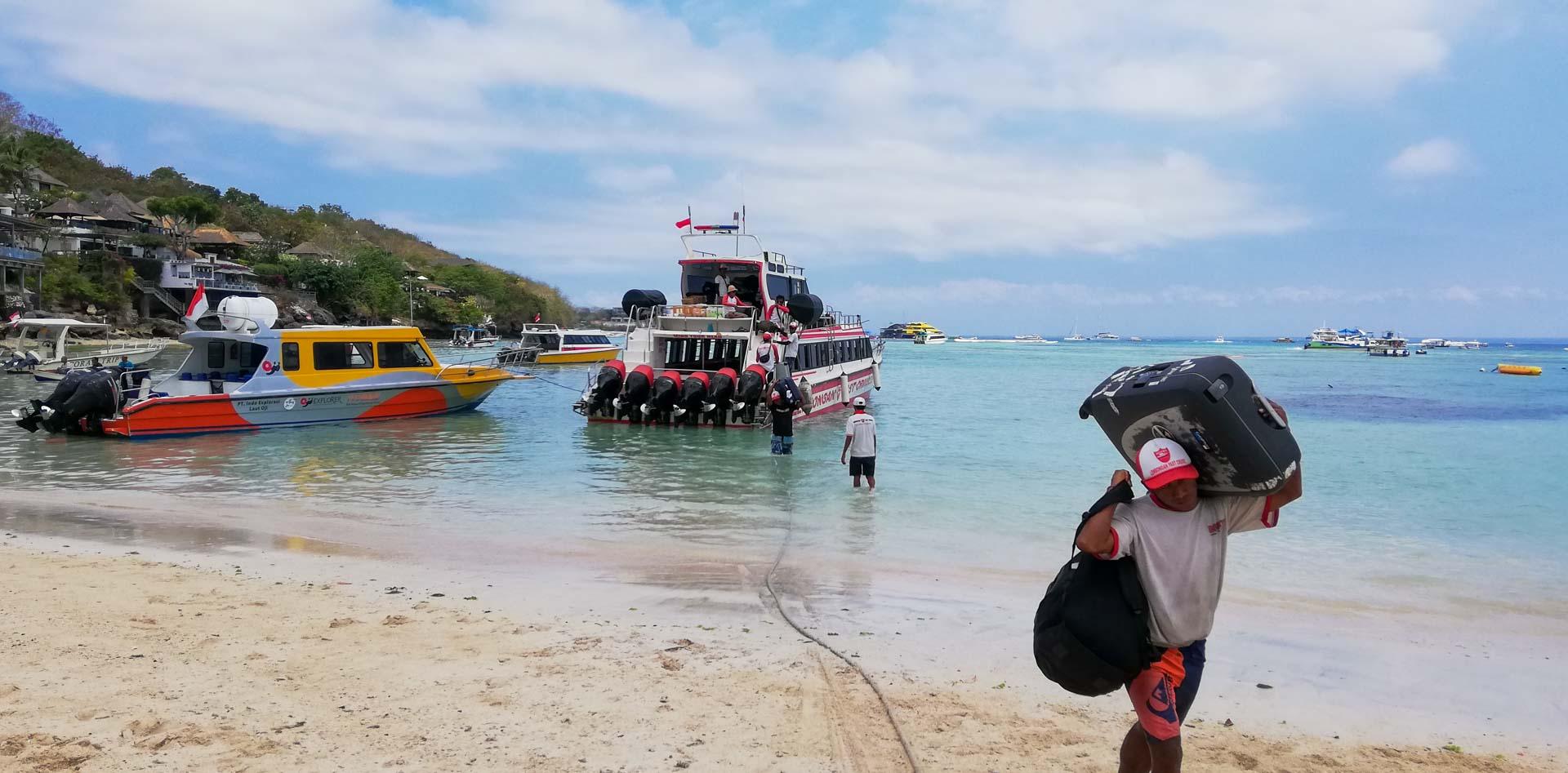 Descargando el equipaje del barco en Nusa Lembongan, Indonesia