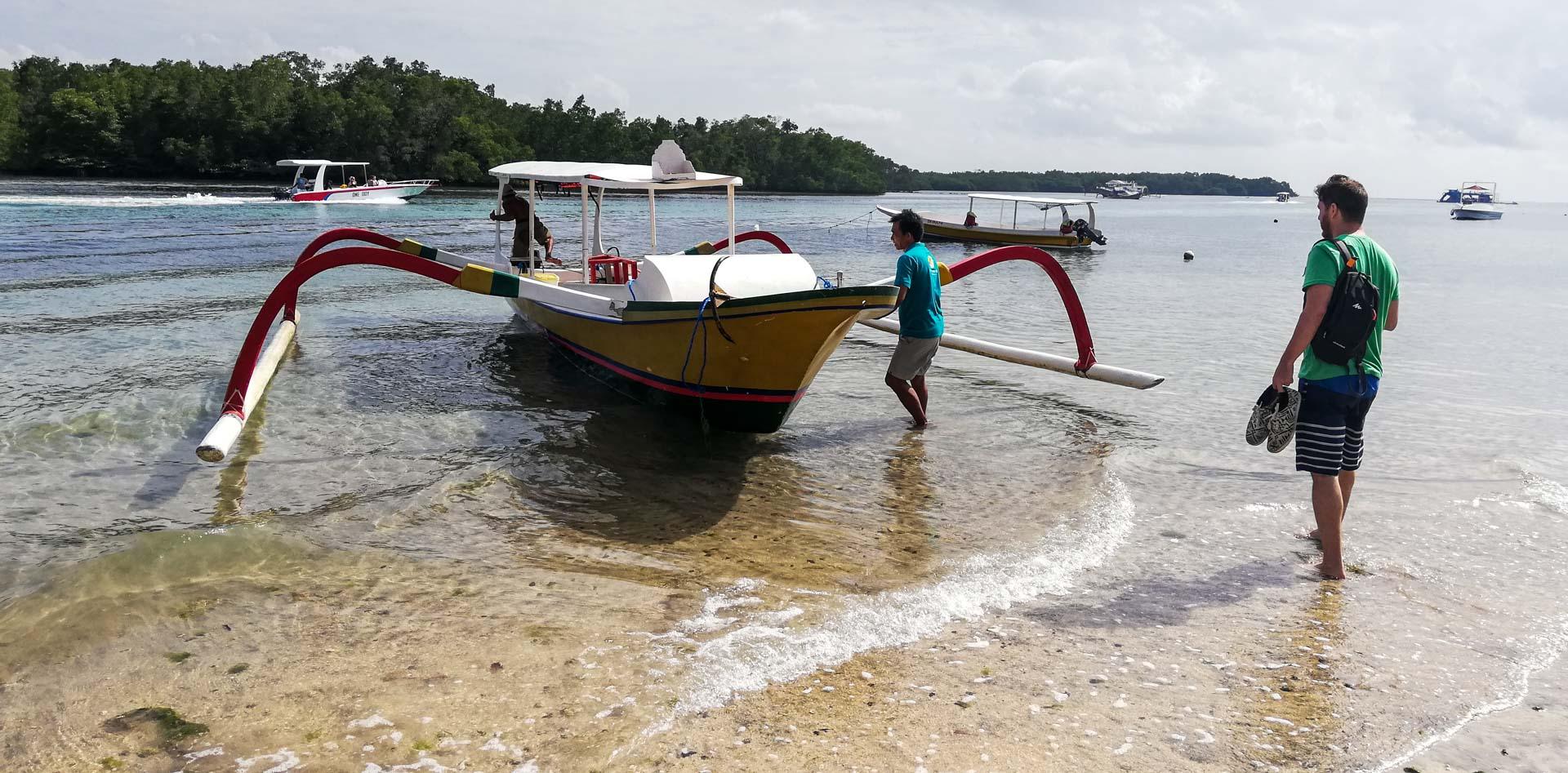 Barco para hacer snorkel en Nusa Lembongan, Indonesia