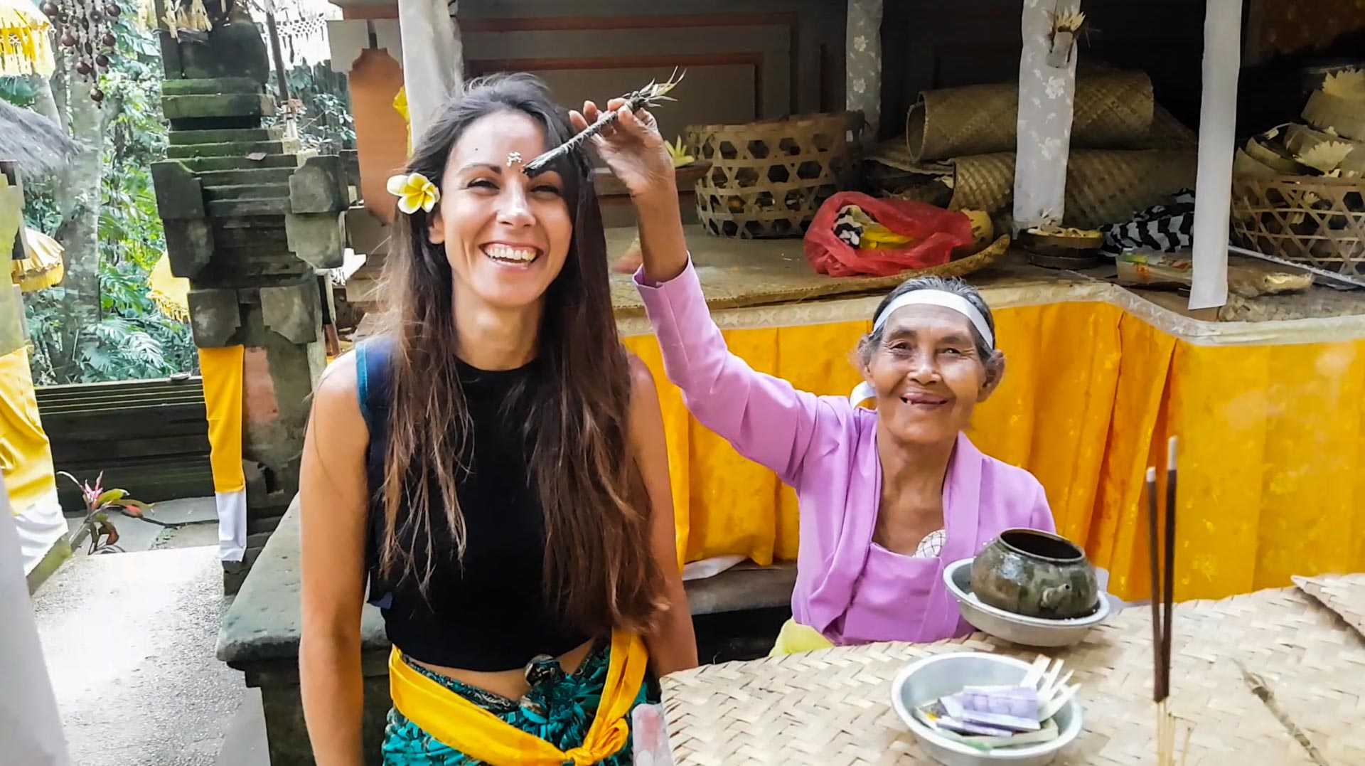 Siendo bendecida en Pura Goa Gajah, Bali, Indonesia