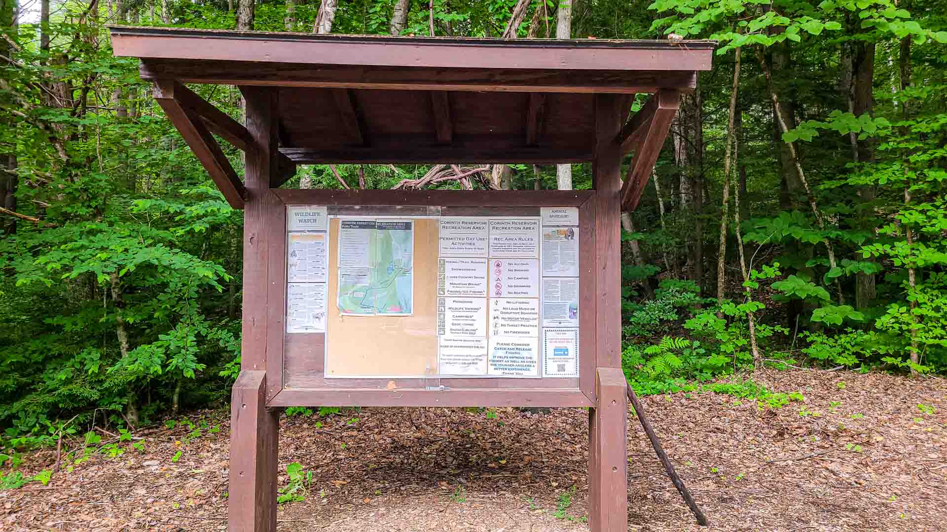 Punto de información en Corinth Reservoir Recreation Area, Adirondack, Nueva York