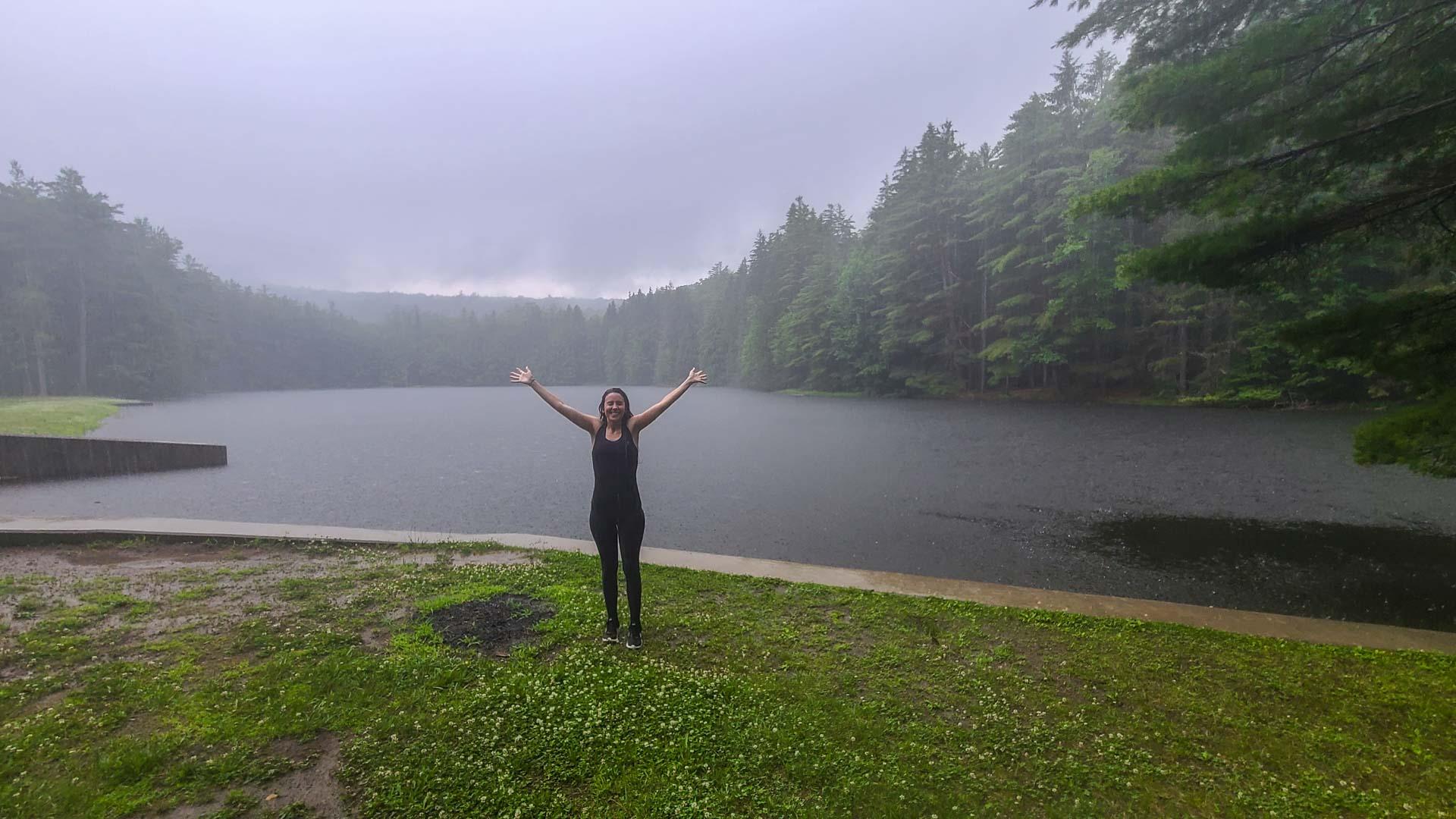 Hiking pasado por agua, Corinth Reservoir Recreation Area, Adirondack, Nueva York
