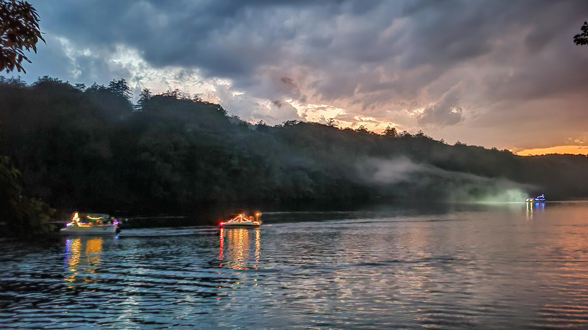 Barcos iluminados por el 4 de Julio en el Río Hudson, Lake Luzerne, Nueva York