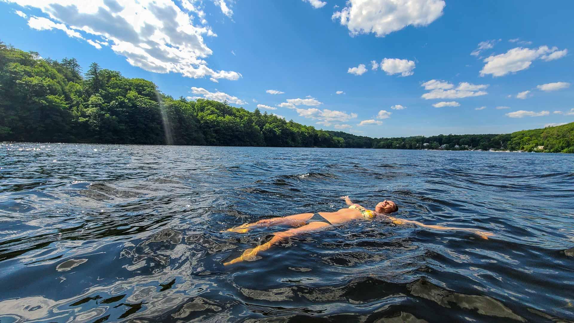 Disfrutando del baño en el río Hudson, Lake Luzerne, Nueva York