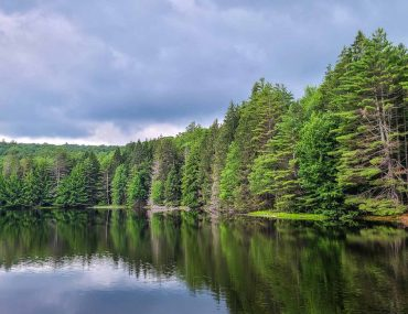 Lago en Corinth Reservoir Recreation Area, Adirondack, Nueva York