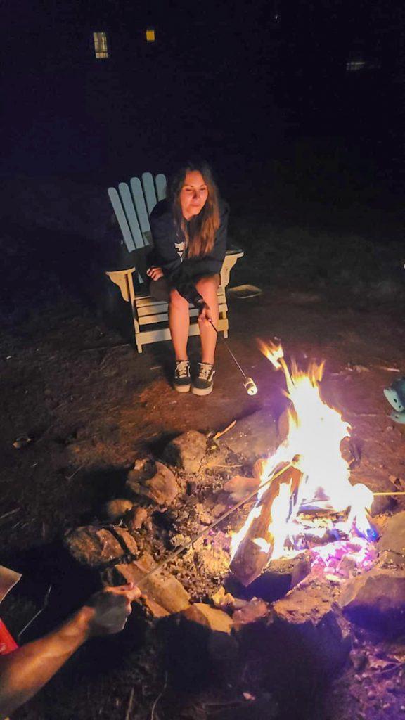 Calentando marshmallows al fuego, Lake Luzerne, Nueva York